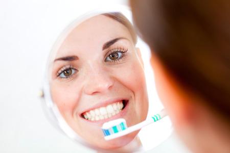 dental healthcare: Mujer hermosa con el cepillo de dientes, concepto de cuidado dental