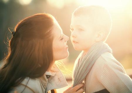 niños platicando: Madre y niño que juegan en el parque y disfrutar de paseo