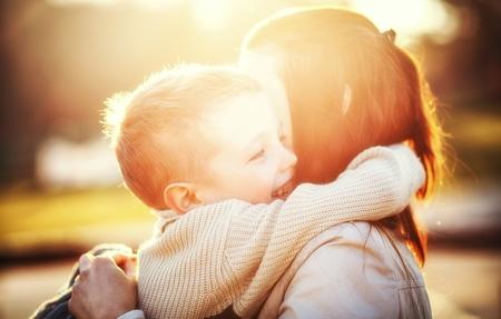 Moeder omhelsde haar kind druing wandeling in het park