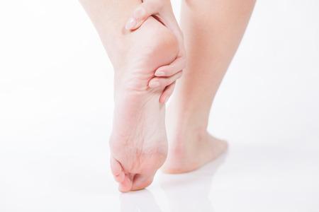 Mujer dolor en el talón del pie, el concepto de problema de la mujer