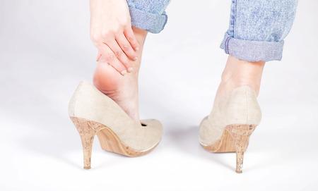 La douleur des jambes de la cheville de la femme en talons hauts Banque d'images