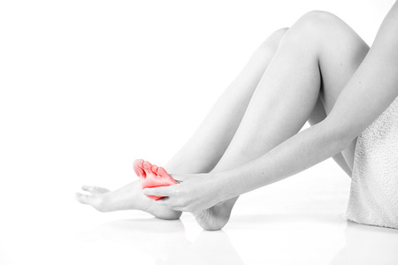 piernas con tacones: Mujer masajear su pie dolorido, el concepto de problema femenino Foto de archivo