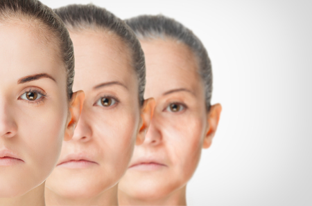 arrugas: proceso de envejecimiento, el rejuvenecimiento de la piel procedimientos anti-envejecimiento concepto viejos y jóvenes Foto de archivo