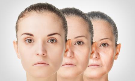 proceso de envejecimiento, el rejuvenecimiento de la piel procedimientos anti-envejecimiento concepto viejos y jóvenes Foto de archivo