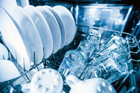 Intérieur de la machine à lave-vaisselle avec vaisselle propre après le lavage