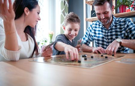 Gelukkig familie speelbordspel thuis, gelukconcept