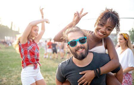 Grupa przyjaciół bawiąca się na letnim festiwalu muzycznym