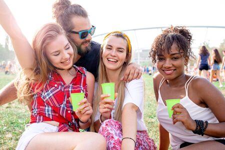 Groupe d'amis s'amusant au festival de musique d'été