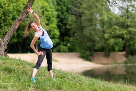 Kobieta w ciąży ćwiczenia fitness na świeżym powietrzu Zdjęcie Seryjne