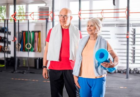 Senior couple at the gym Reklamní fotografie - 127359204