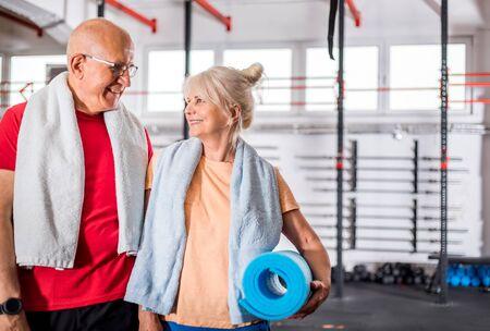 Senior couple at the gym Reklamní fotografie - 127359798