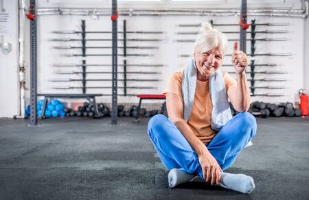 Happy senior woman in the fitness club 写真素材 - 127359994