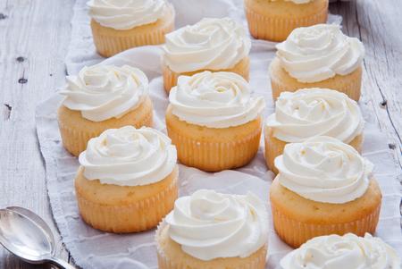 Zelfgemaakte Cupcakes Met Vanillecrème Op Een Houten Achtergrond