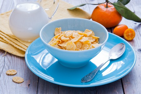 preservatives: Healthy breakfast with corn flakes in a blue bowl