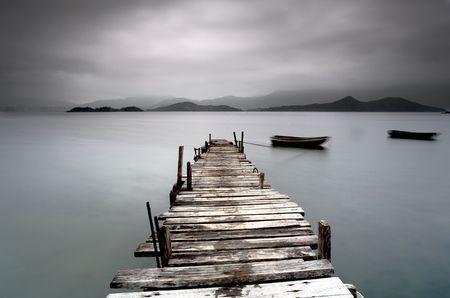 peer to peer: Mirar por encima del par desolado y un barco