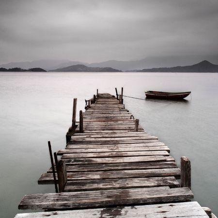 Kijkt uit over een pier en een boot, lage intensiteit