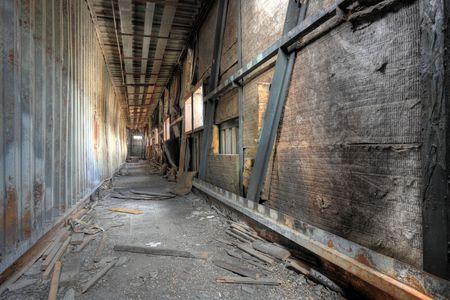 flyover: weggegooid gebouw, viaduct