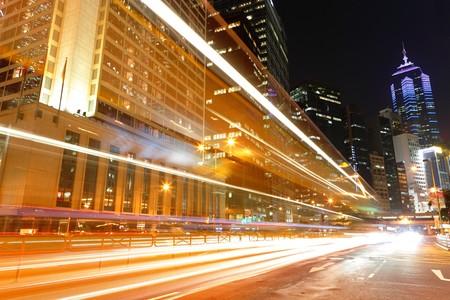 Verkehr in die Stadt bei Nacht