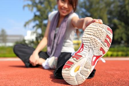 sportsman: mujer haciendo ejercicios de estiramiento Foto de archivo