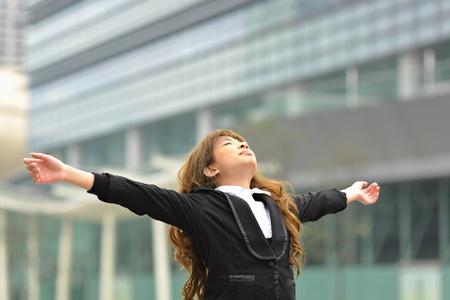 cansancio: tramo de mujer de negocios uno mismo Foto de archivo