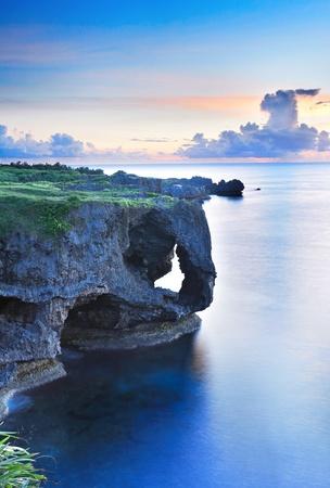 zonsondergang op de rotsen, in Okinawa, Manzamo