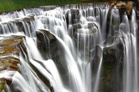 steine im wasser: Gro�er Wasserfall Lizenzfreie Bilder