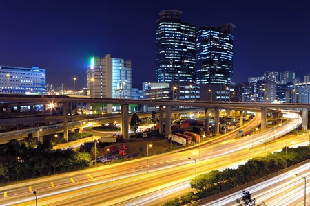 urban colors: el tráfico en la ciudad moderna de noche Foto de archivo