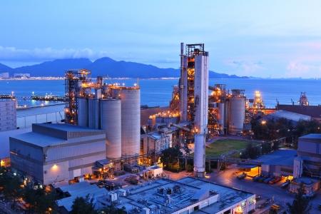 bedrijfshal: cementfabriek 's nachts Stockfoto