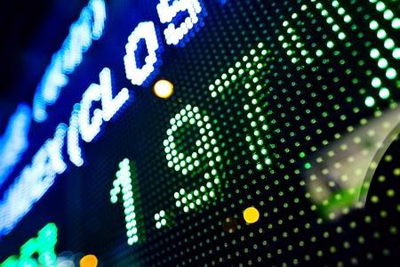bolsa de valores: pantalla de leds en la noche junto con el resumen de stock infomation Foto de archivo