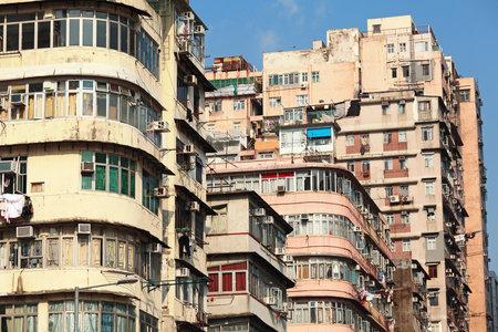 krottenwijk: oud flatgebouw in Hongkong Redactioneel