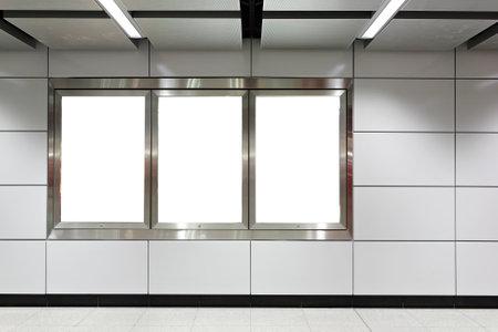 Cartelera en blanco en la estación de metro
