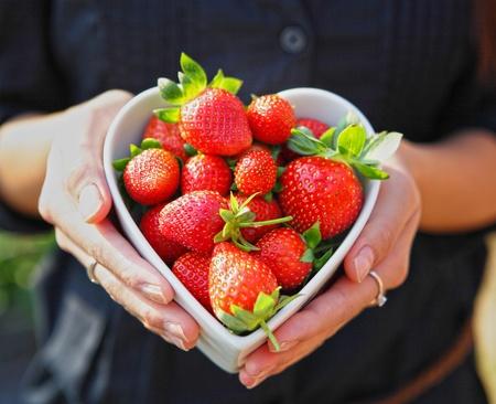 forme: fraises dans un bol en forme de coeur