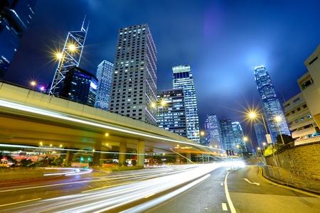 light trail: el tr�fico de la noche la luz camino y de la ciudad