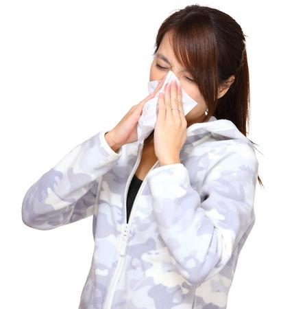 estornudo: mujer enferma de sonarse la nariz