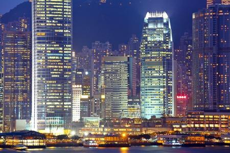 obchodní budovy v noci v Hong Kongu photo