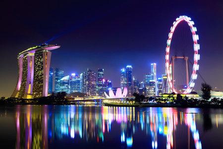 jachthaven: Singapore skyline van de stad 's nachts