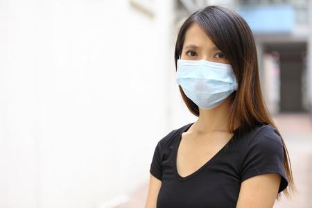 femme masqu�e: Porter un masque de protection femme asiatique