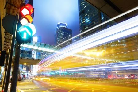 señal de transito: Semáforo en la ciudad Foto de archivo