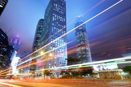 Nacht-Verkehr in der Stadt Standard-Bild