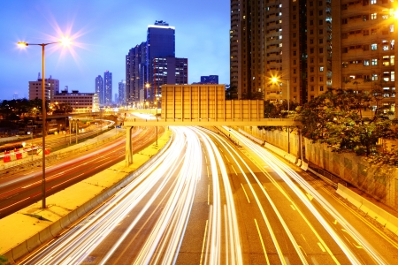 light trail: Paisaje urbano en la noche con rastro de luz