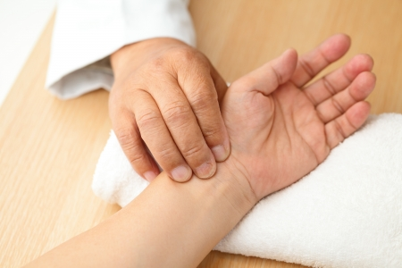 corazon humano: Chino pulso m�dico diagn�stico de paciente Foto de archivo