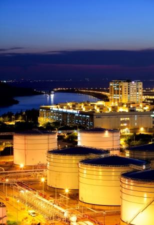 cilindro de gas: El tanque de petr�leo en la terminal de carga en la noche