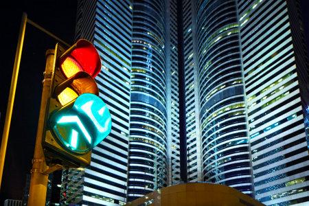 señal de transito: Semáforo en la ciudad Editorial