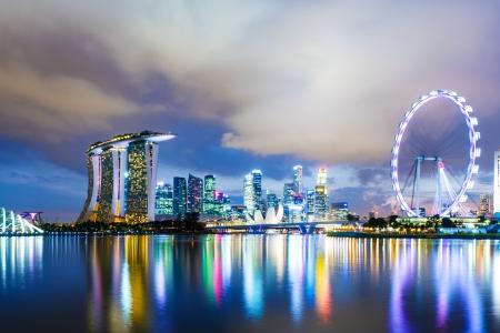 밤에 싱가포르의 스카이 라인 스톡 콘텐츠