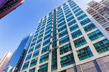 edificio corporativo: Edificio corporativo con el cielo Foto de archivo