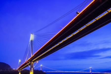 schlagbaum: Hängebrücke in Hong Kong bei Nacht Lizenzfreie Bilder