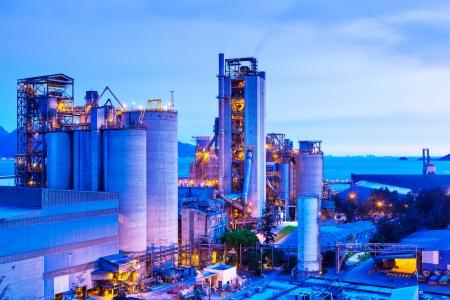 industria quimica: Planta industrial en la noche