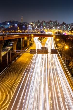 schlagbaum: Stadt Seoul in Südkorea in der Nacht