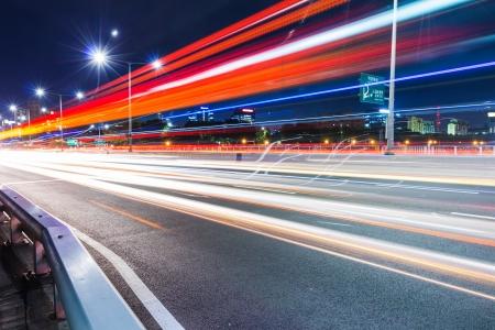 schlagbaum: Besetzt Verkehr auf der Autobahn in der Nacht Lizenzfreie Bilder