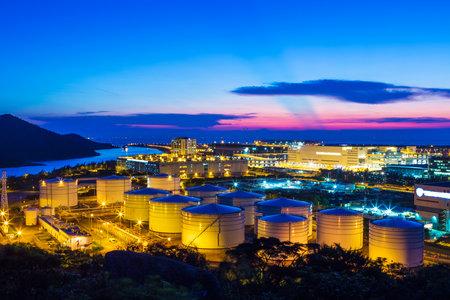refinería de petróleo: Tanques de petróleo en la noche